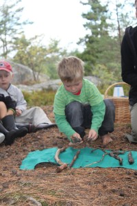 Child playing outdoors during Skogsmulle session in Sweden
